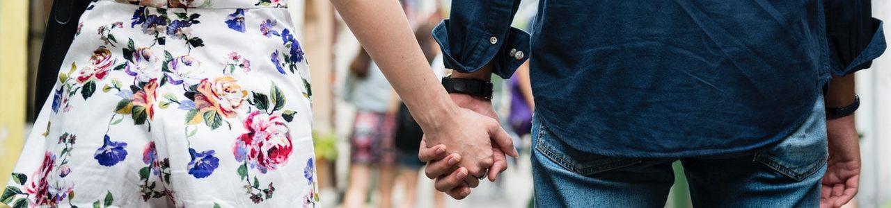 kærester holder i hånd